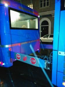 El tráiler a la izquierda y el autobús a la derecha. La barrera en medio.